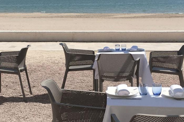 Restaurante con terraza en la playa